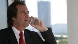 Mann telefoniert mit VoiP
